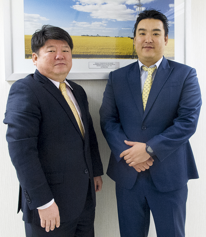 Photo of Daehan Flour Mills Co general manager Yang-Jin Park and manager Sang-Won Yong